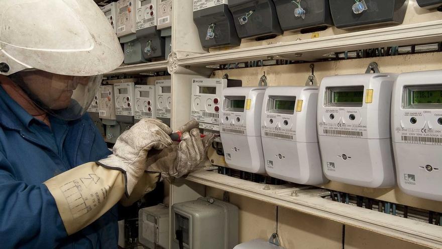 Un operario trabaja en los contadores energéticos