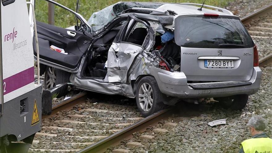 Dos heridos al arrollar un tren a un turismo en Itsasondo
