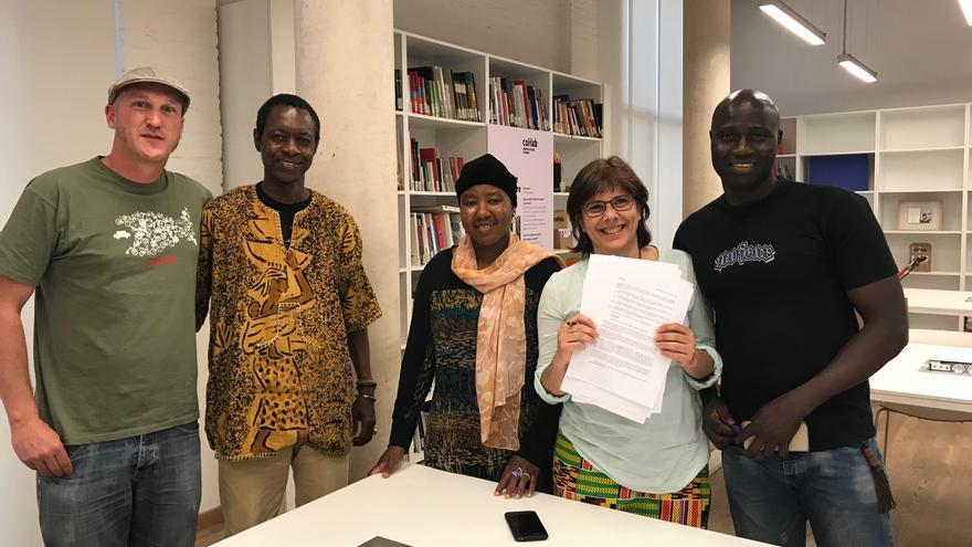Antxo Monforte junto a los  nuevos titulares de los derechos, Papa Balla Ndong, Mariam Konaté, Llanos Rodríguez, y Kassim Dambele