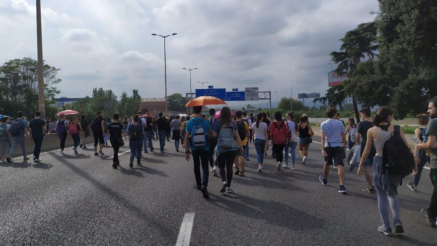 Cientos de personas han ido andando hacia el Aeropuerto de Barcelona