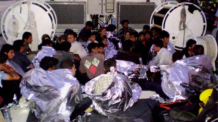 Guardacostas griegos lanza una operación para rescatar a 75 refugiados en el mar Jónico
