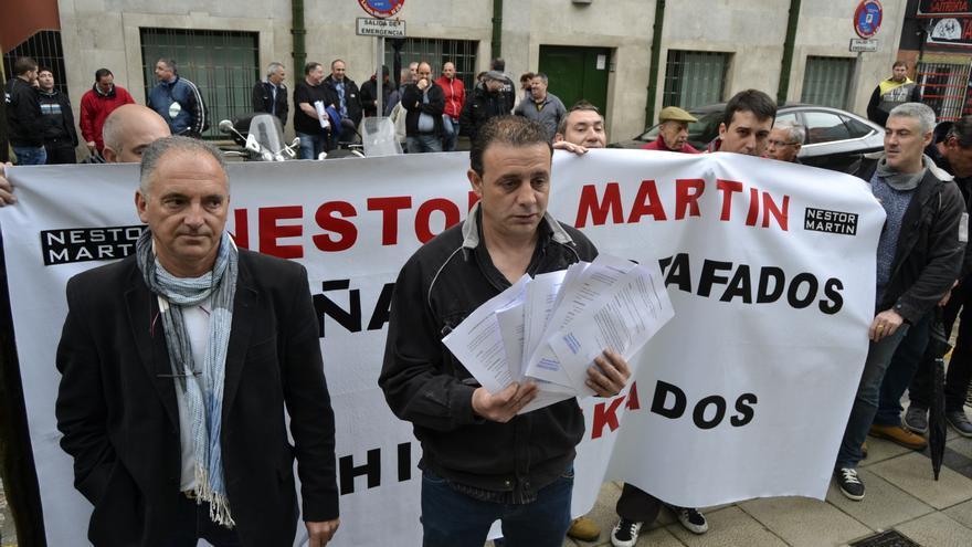 Dos miembros del comité de empresa muestran todas las solicitudes de reunión que han cursado a Ignacio Diego, que hasta ahora no ha respondido a ninguna.