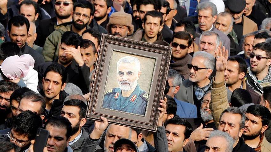 Miles de iraníes salen a las calles tras el asesinato de Qasem Suleimani.
