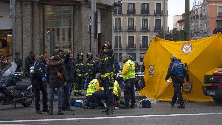 Los servicios de emergencia atienden a la persona herida por la caída de parte del alumbrado navideño