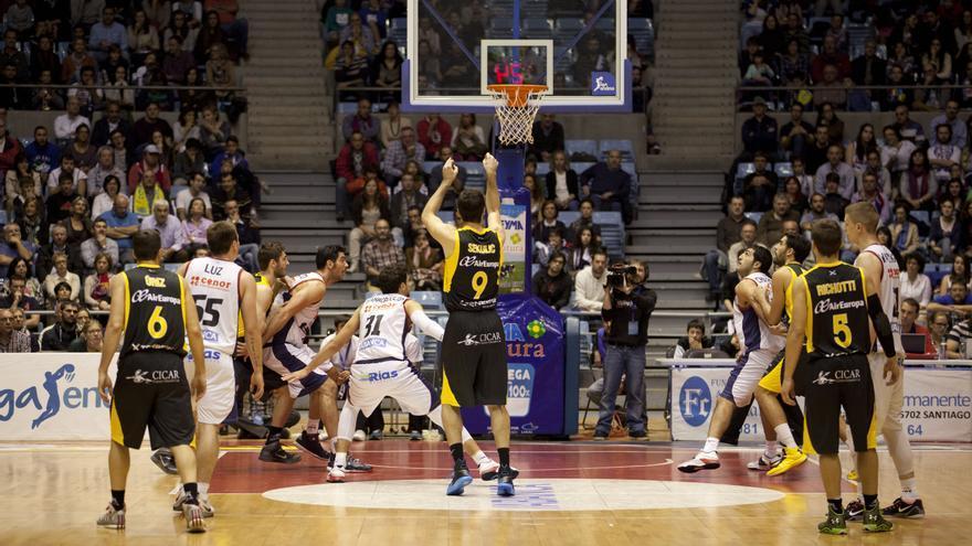 Sekulic lanza un tiro libre en el partido entre el Obradoiro y el Iberostar Tenerife. ACB Media / J.Marqués.
