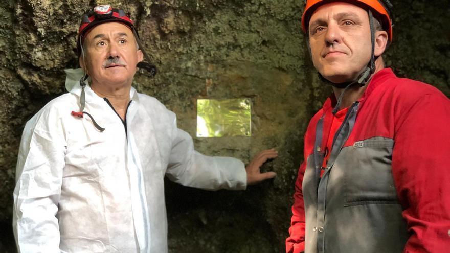 Pepe Álvarez y Mariano Carmona, representantes de UGT, junto a la placa.