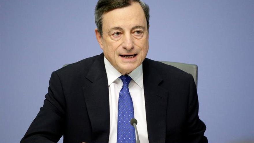 """Draghi avisa de que persisten """"incertidumbres"""" y que es necesario mantener los estímulos"""