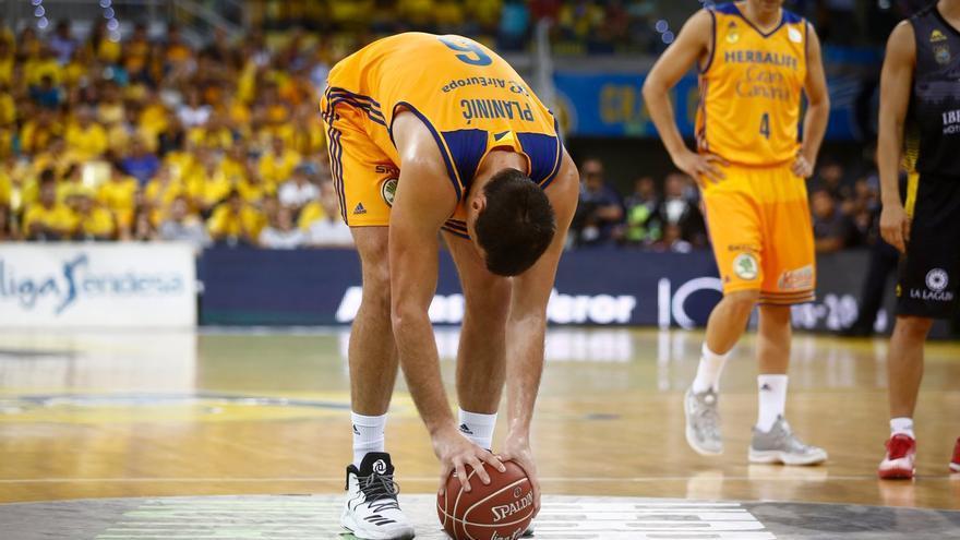 El jugador del Herbalife Gran Canaria, Darko Planinic, colocando el balón en la pista.