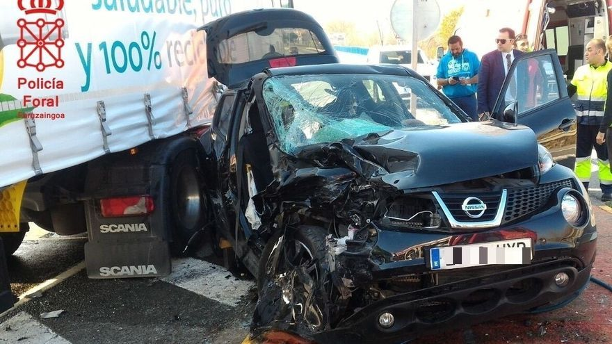 Dos mujeres heridas graves por la colisión entre un camión y un turismo en San Adrián