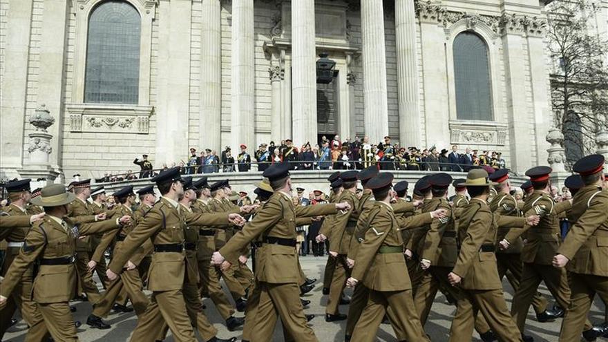 Isabel II asiste a una misa en memoria de los británicos caídos en Afganistán