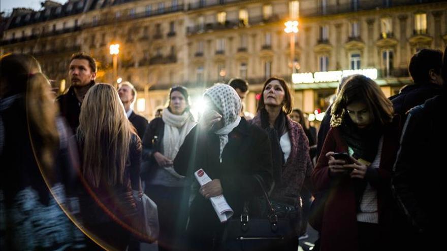 Los parisinos homenajean a las víctimas pese al veto a las manifestaciones