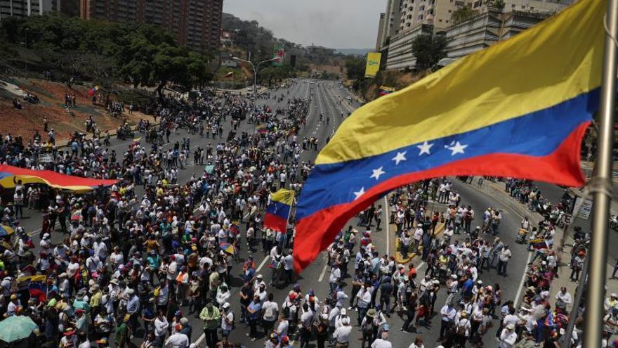 Venezolanos vuelven a las calles tras el efímero levantamiento militar