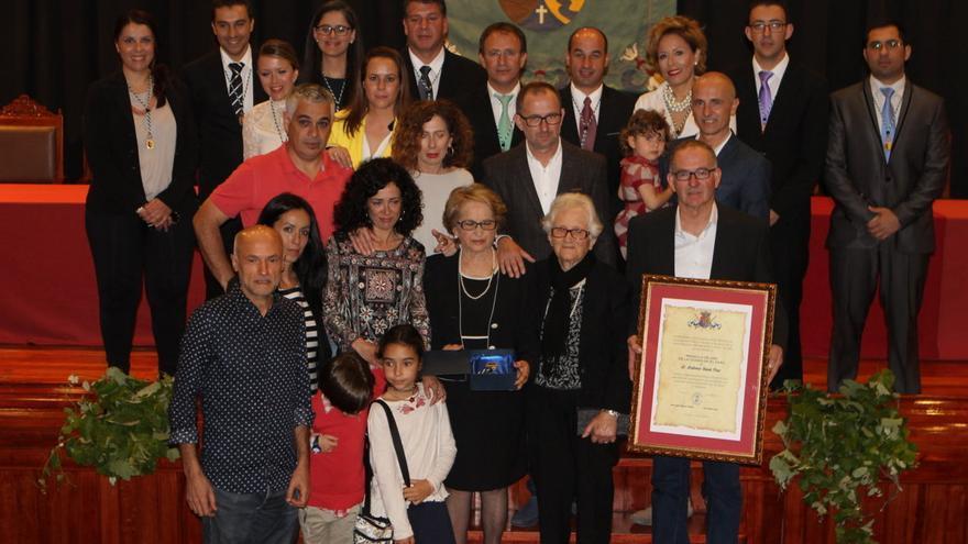 Imagen de la familia de Federico Simón con las autoridades municipales.