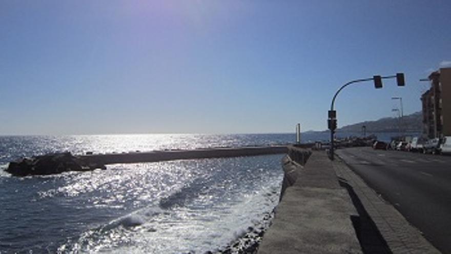 El espaldón de la playa va paralelo a la avenida Marítima.