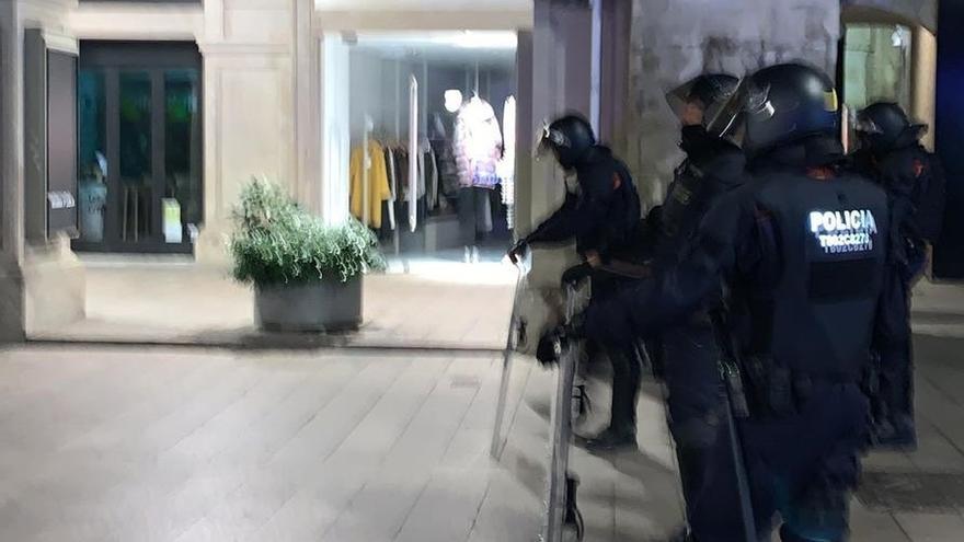 Los Mossos d'Esquadra disparan proyectiles de foam a un grupo de manifestantes en Lleida