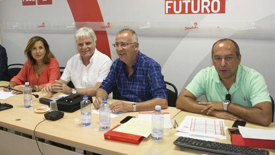 Reunión de la Ejecutiva Regional del Partido Socialista Canario entre los que destacan Lola Padrón (i), José Miguel Pérez ,Francisco Hernández Espínola y Julio Cruz (EFE/QUIQUE CURBELO)