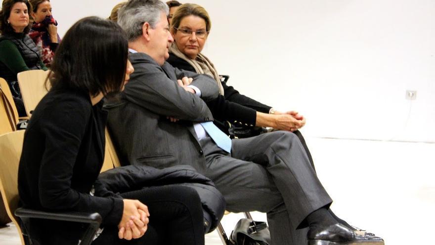 Juana Rosa Fuentes, Jaime Cortezo y Elena del Castillo, en el banquillo. (CIRENIA VICO)