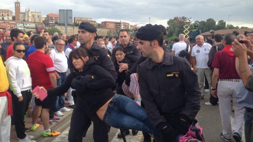 Los activistas acudieron otro año más para protestar por el maltrato animal del Toro de la Vega./ Ruth Toledano.