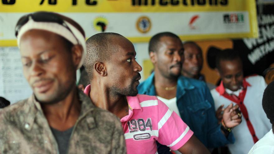 Varios asistentes a una misa clandestina gay bailan al ritmo de la música en Nairobi, Kenia. \ Jon Cuesta
