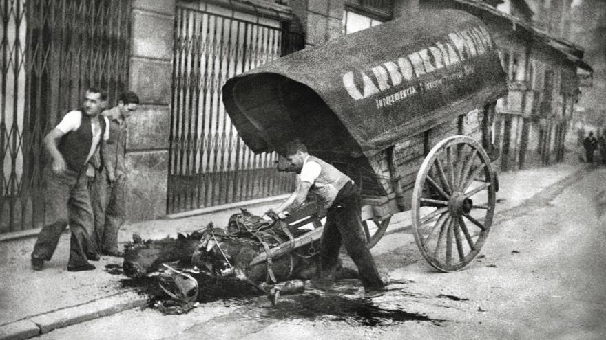 Ante el cadáver de una mujer en la calle San Bernabé. Oviedo, 1936