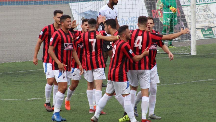 Los futbolistas rojinegros celebran el tanto logrado en Mieres