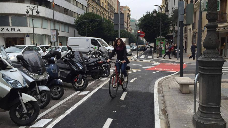Una ciclista estrena el anillo ciclista