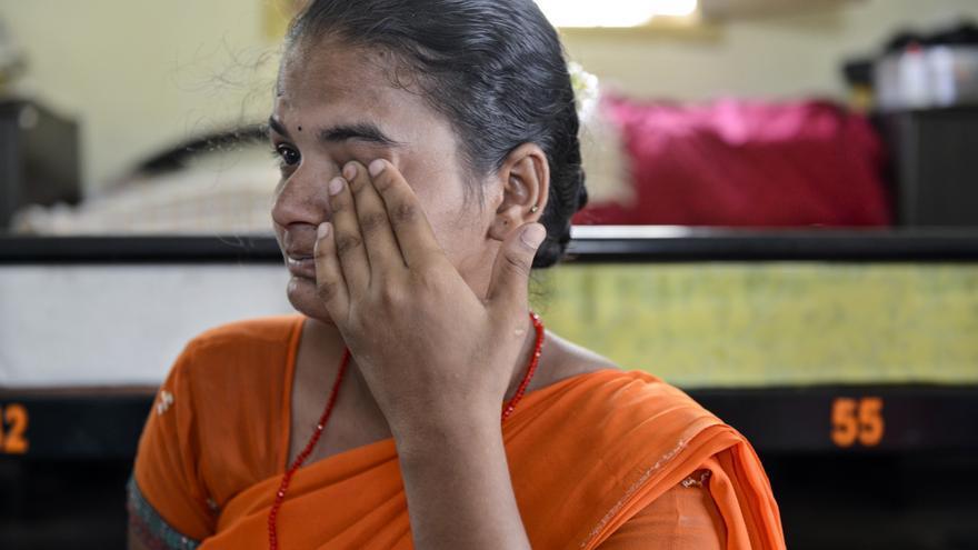 Vanita trabajando en el taller de artesanía e incapaz de contener las lágrimas durante la entrevista. / Zigor Aldama