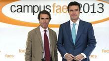 José María Aznar y José Manuel Soria, en el campus de la fundación FAES en julio de 2013. / Efe