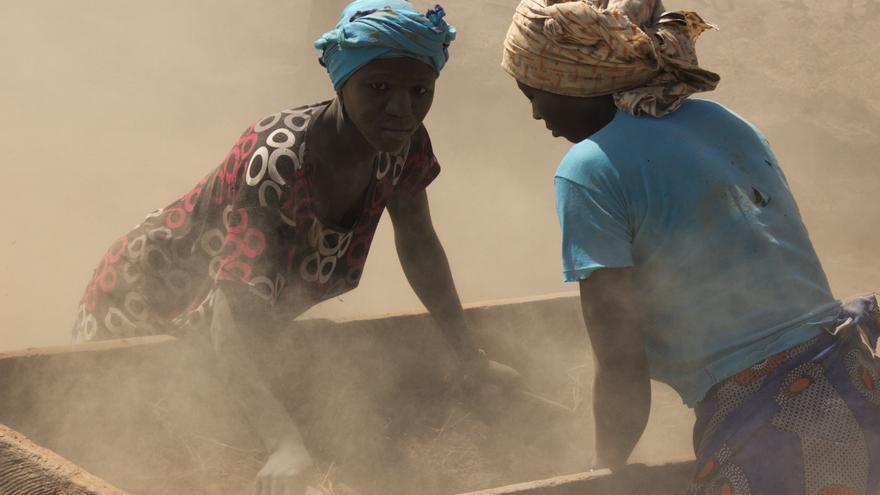 Dos mujeres trabajan en la producción de chufa africana en Burkina Faso.