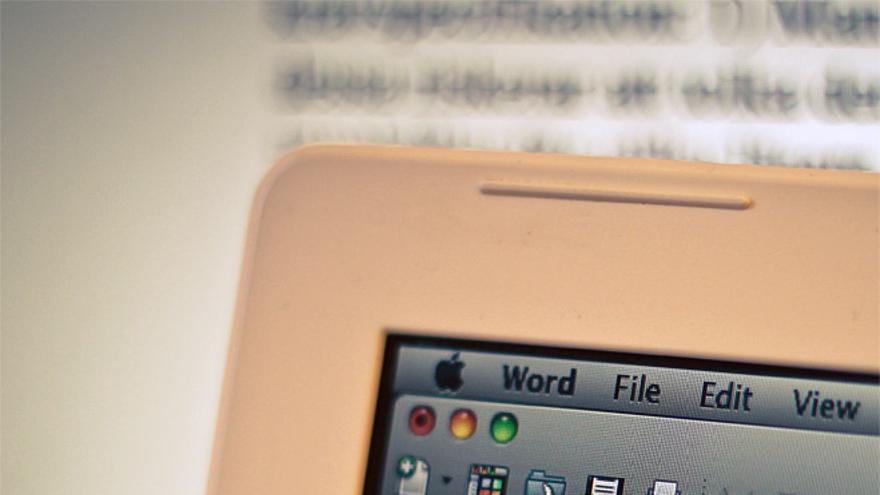Un portátil de Apple ejecutando Microsoft Word (Foto: Denis Dervisevic en Flickr)