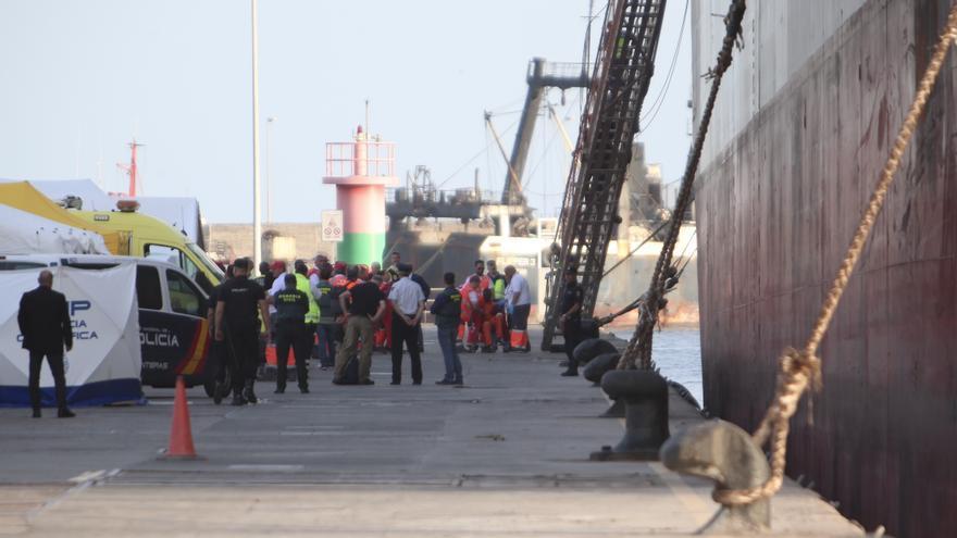 Uno de los 25 supervivientes llega al Puerto de Las Palmas en mal estado de salud.