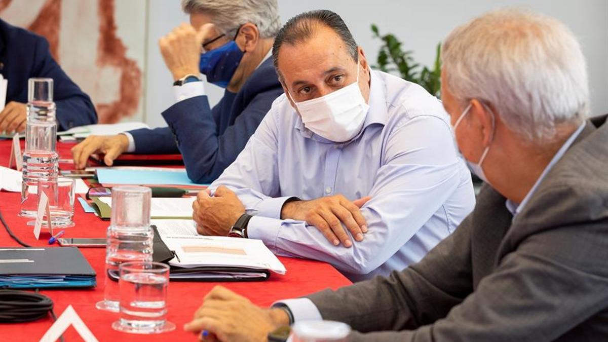 El presidente de Canarias, Ángel Víctor Torres, preside la reunión del Consejo de Gobierno. EFE/Quique Curbelo