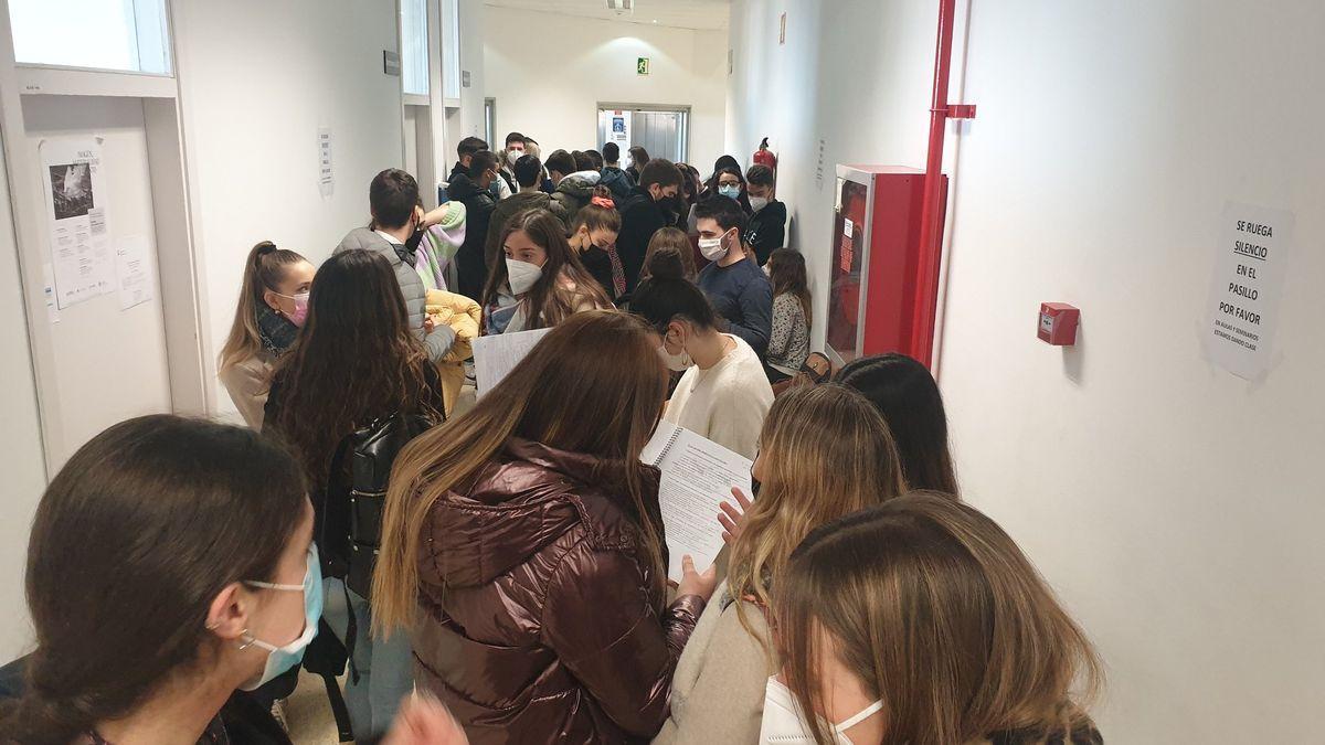 Aglomeración de estudiantes a la entrada a un examen en la facultad de filosofia y letras en Zaragoza Alumnos