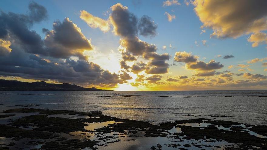 Puesta de sol desde la playa de Las Canteras en Las Palmas de Gran Canaria