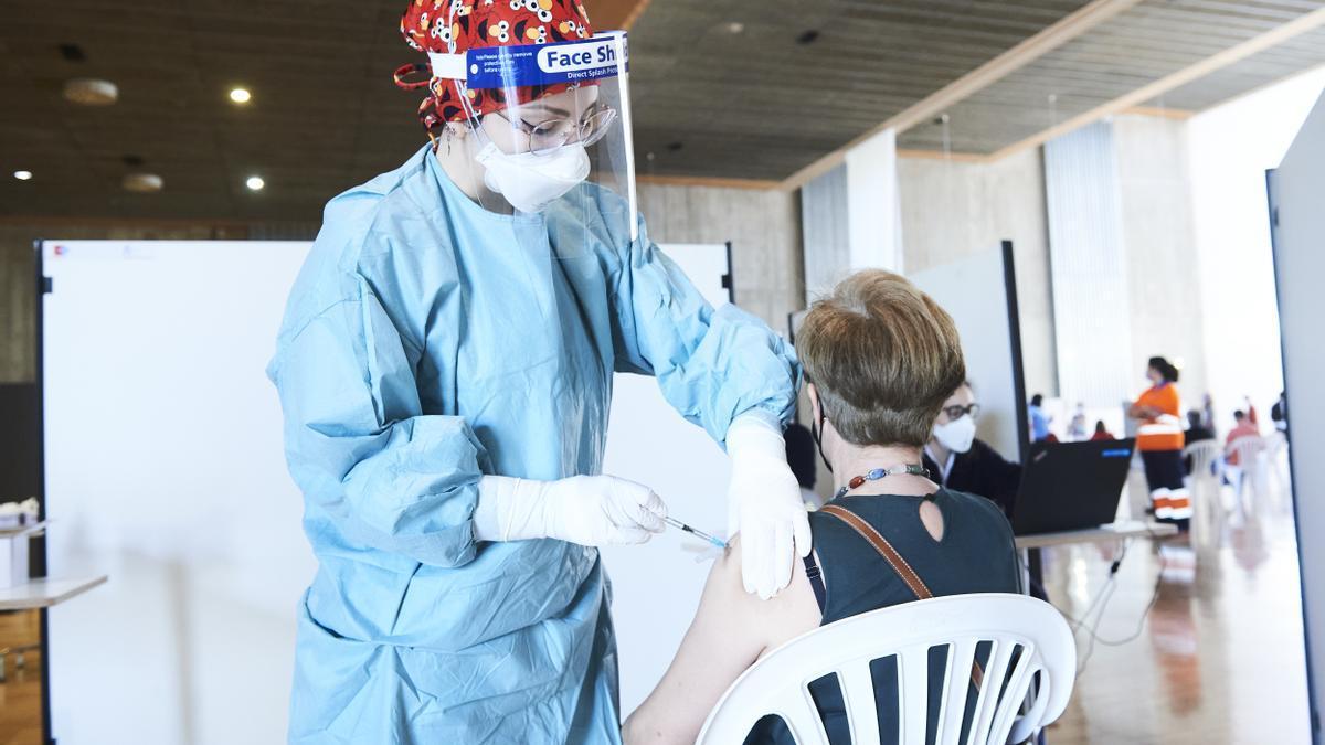 Una mujer recibe la vacuna de AstraZeneca en el Palacio de Exposiciones y Congresos de Santander (Cantabria) a 31 de marzo de 2021