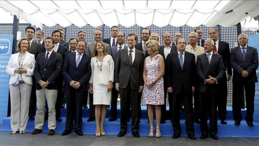 Rajoy se hace la foto de familia con Monago y el resto de barones del PP en Cáceres
