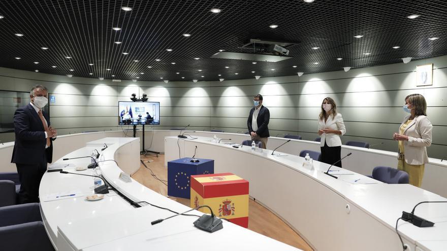 El presidente del Gobierno de Canarias, Ángel Víctor Torres (izquierda), se reúne con la ministra de Trabajo y Economía social, Yolanda Díaz (en frente, en medio), en Madrid para tratar los ERTE derivados de la crisis del coronavirus