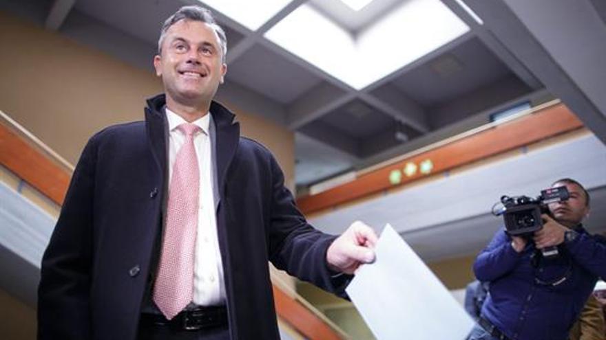El candidato a la presidencia de Austria, Norbert Hofer, deposita su voto en la primera vuelta en un colegio electoral de Viena