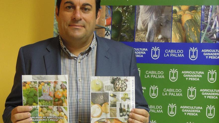 Basilio Pérez muestra los carteles de los productos locales.