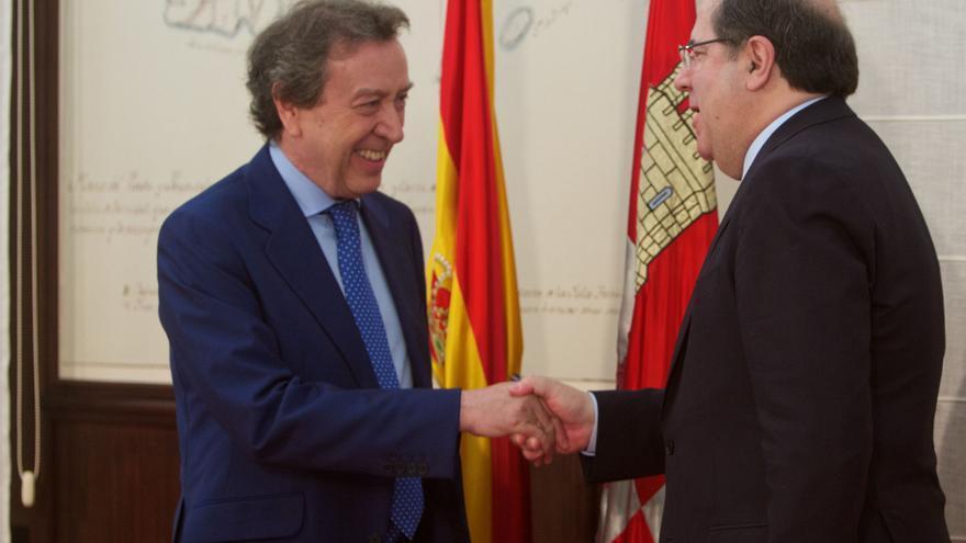 José Antonio de Santiago Juárez-López, consejero de Presidencia de Castilla y León, saluda al presidente, Juan Vicente Herrera.