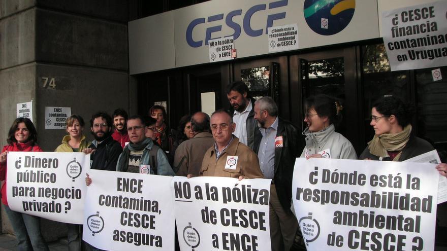 Imagen de una protesta celebrada en las puertas de la sede de CESCE. / Fotografía: campaña 'Quién debe a quién'