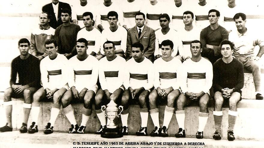 El CD Tenerife 64-65 posa con el Trofeo Amberes.