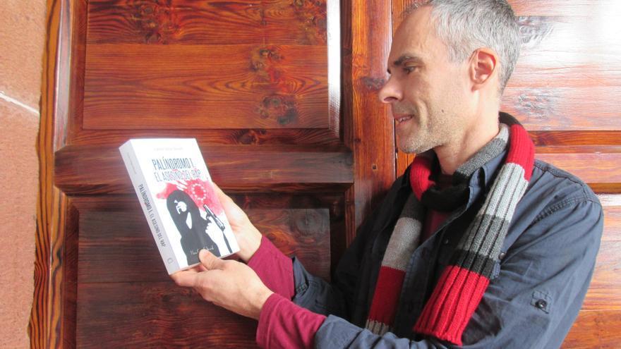 Carlos Felipe Martell, este sábado, en la Casa Salazar con un ejemplar de su obra. Foto: LUZ RODRÍGUEZ.
