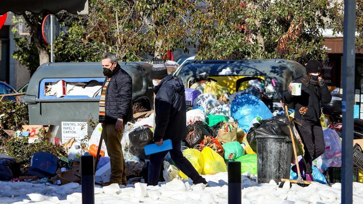 Acumulación de residuos en el centro de Madrid tras suspenderse el servicio de recogida por el temporal de nieve.
