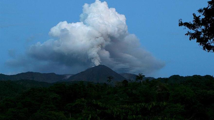 El volcán ecuatoriano Reventador mantiene alta actividad y emisión de 650 metros