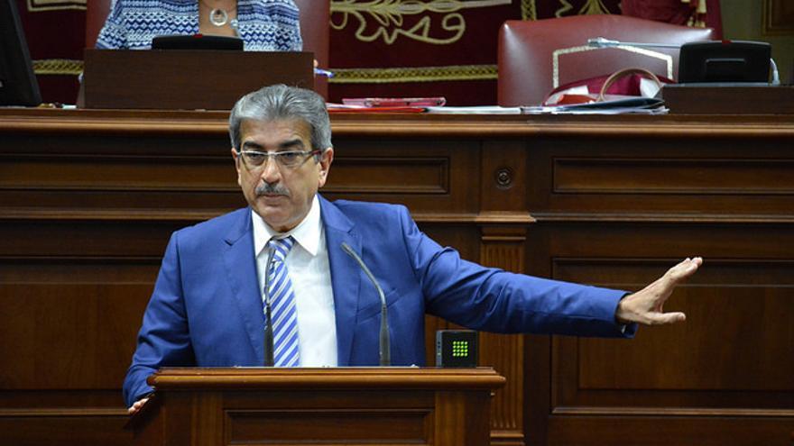 El presidente de Nueva Canarias, Román Rodríguez, en un pleno del Parlamento de Canarias