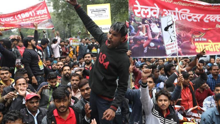 Miles de jóvenes protestan contra el desempleo en India antes de elecciones