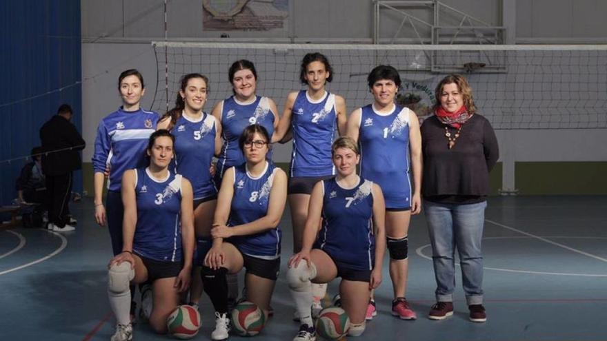 Antía, con el número 1, con el resto del equipo y la edil de Igualdad de A Coruña