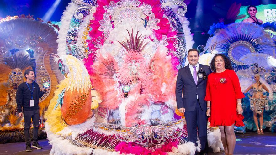 La reina Rebeca González Cabrera, con la fantasía 'Península de la Guajira', del diseñador Daniel Pages