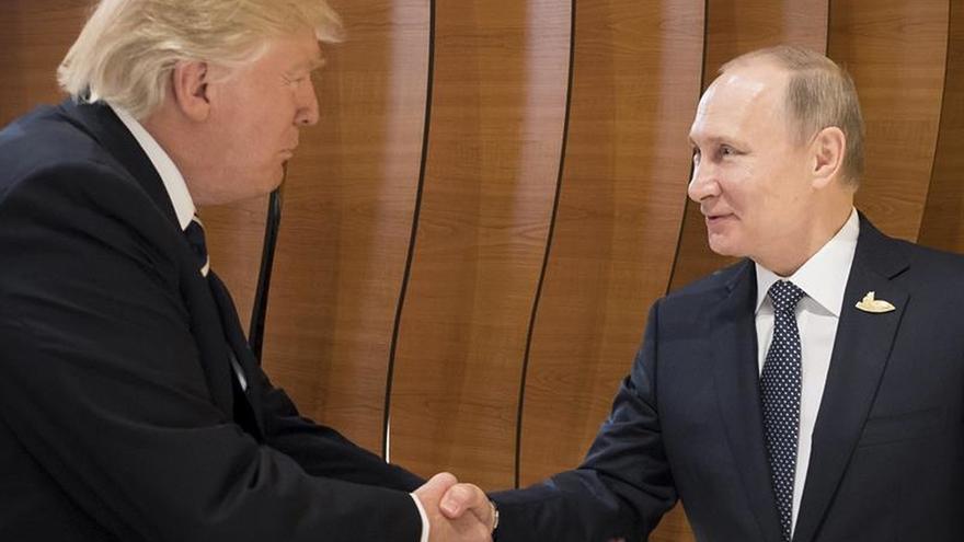 """Trump dice que tiene """"mucho que discutir"""" con Putin"""